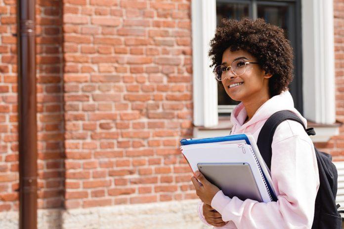 Brasileiros podem concorrer a bolsas de estudo em Nova York