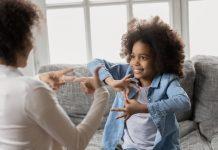 Aula de empatia: menina de oito anos grava vídeos para ensinar libras ao avô